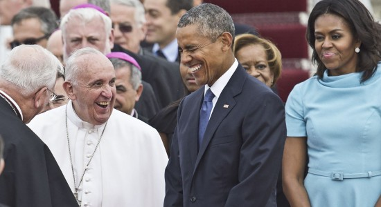 Pope Francis laughs alongside US President Barack Obama upon arrival at Andrews Air Force Base in Maryland, September 22, 2015, on the start of a 3-day trip to Washington. AFP PHOTO / SAUL LOEB